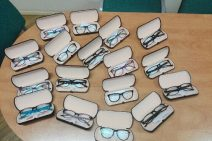 Kilkanaście par okularów otwartych etui