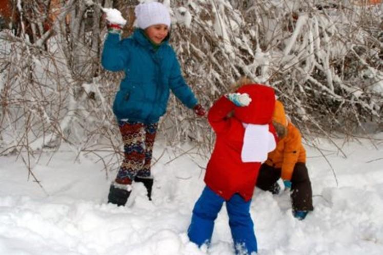 Dzieci rzucają śnieżkami